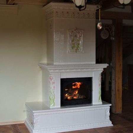 piec-kominek z kafli białych malowany